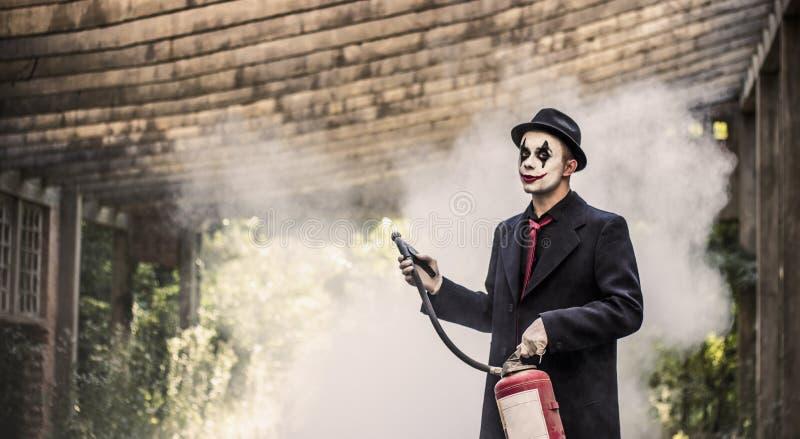 Clown mit Feuerlöscher stockbilder