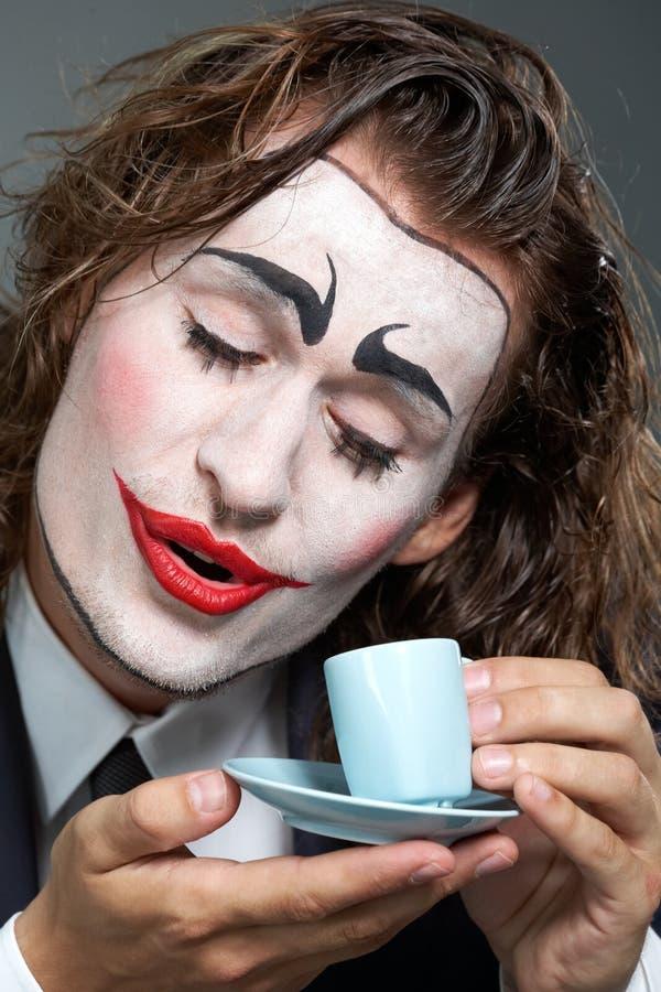Clown mit Kaffee lizenzfreie stockfotos