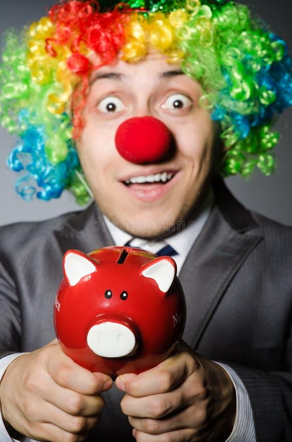 Clown mit piggybank stockfotos
