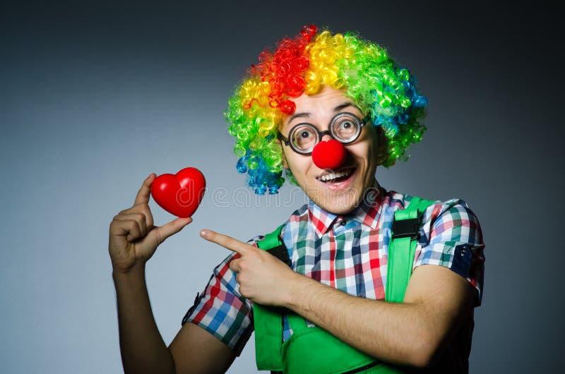 Clown mit rotem Herzen lizenzfreie stockfotos