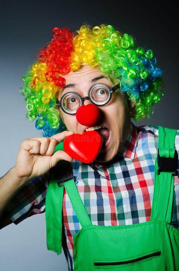 Clown mit rotem Herzen stockbild