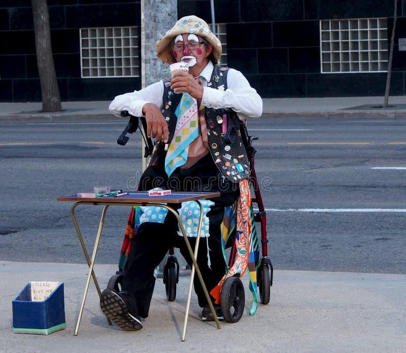 Clown plus âgé Taking une pause-café photo stock