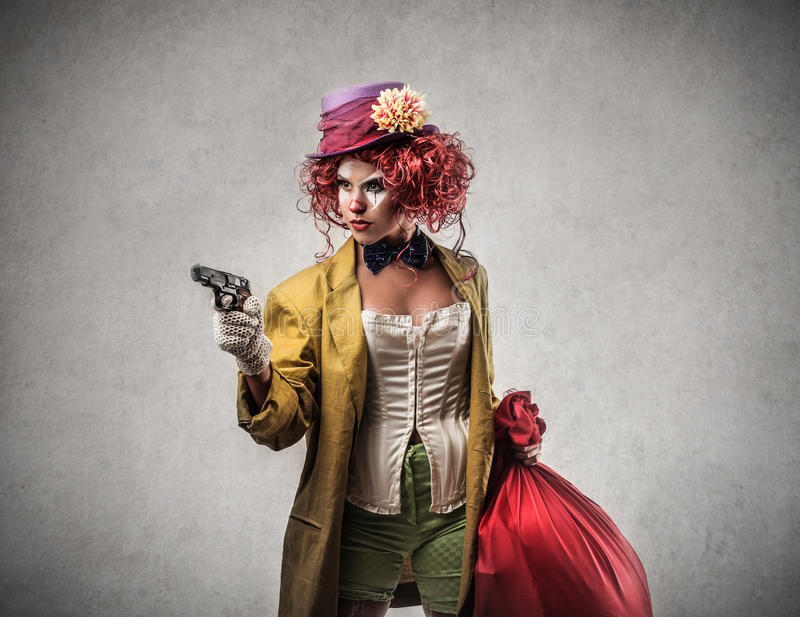 Clown som rymmer ett vapen royaltyfri fotografi