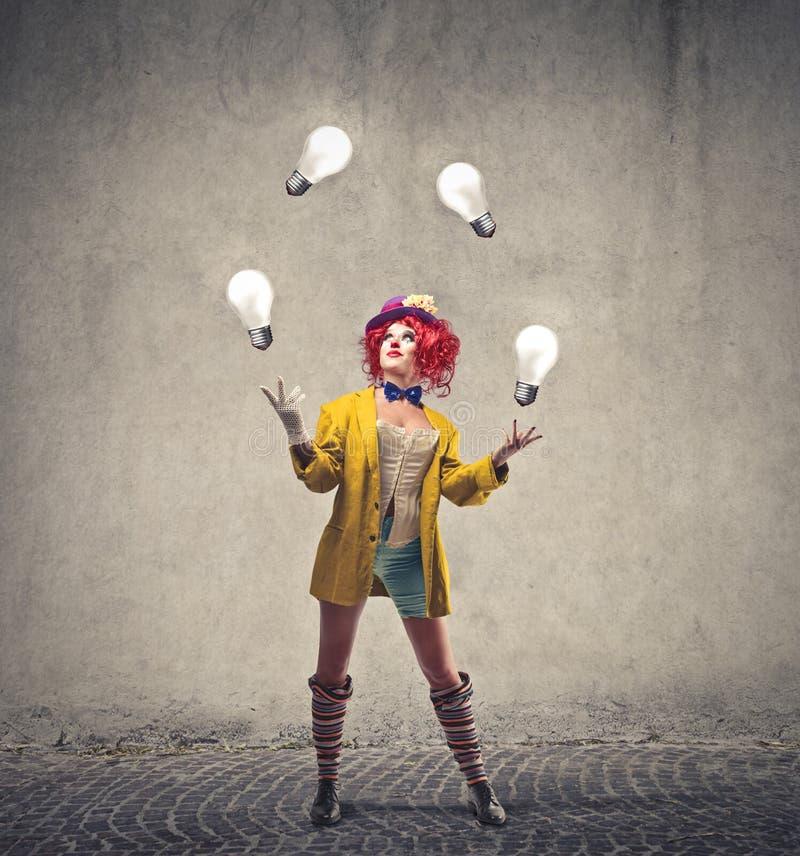 Clown som spelar med ljusa kulor arkivbild
