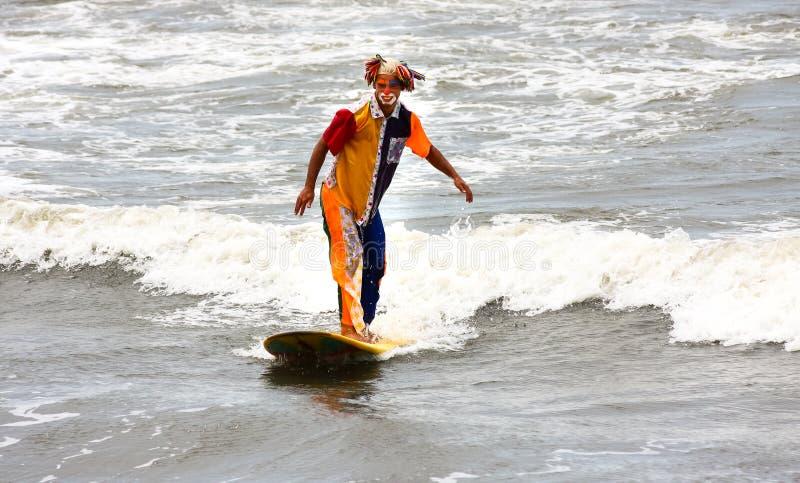 Clown som surfar i Santos, Brasilien arkivfoton