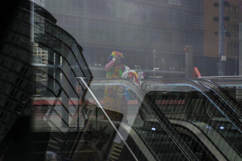 Clown in stad, Berlijn stock foto