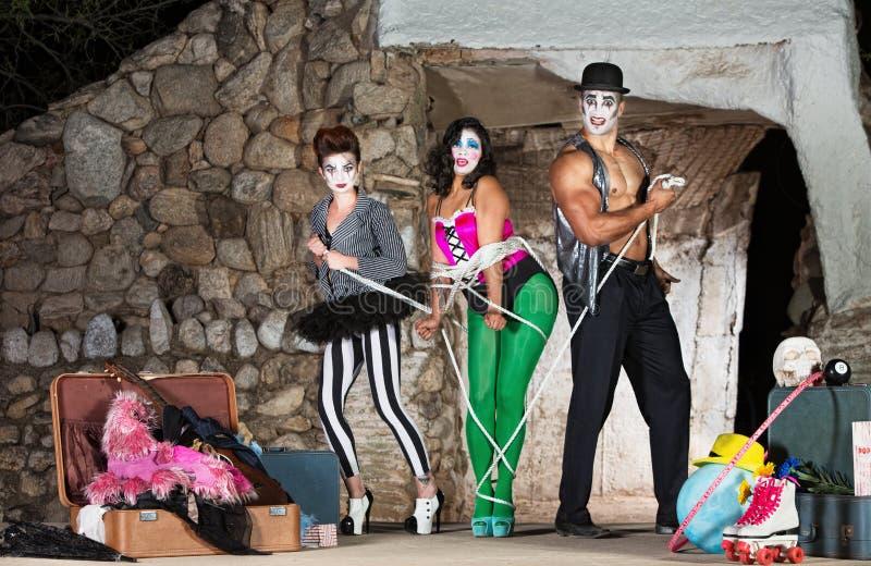 Clowne, die herauf Frau binden stockbild