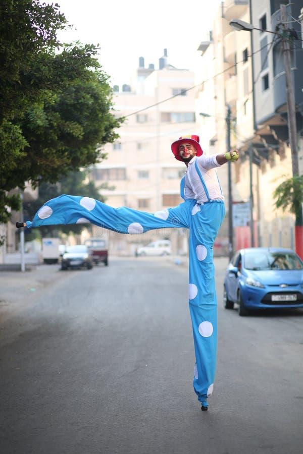 Clowner sedd växelverkan med barn i Gaza, Palestina arkivfoton