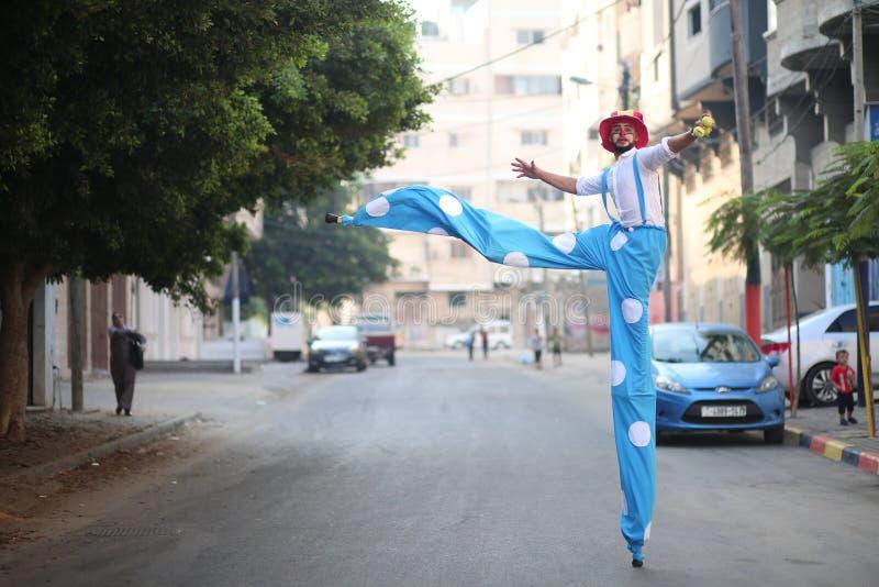 Clowner sedd växelverkan med barn i Gaza, Palestina royaltyfri bild