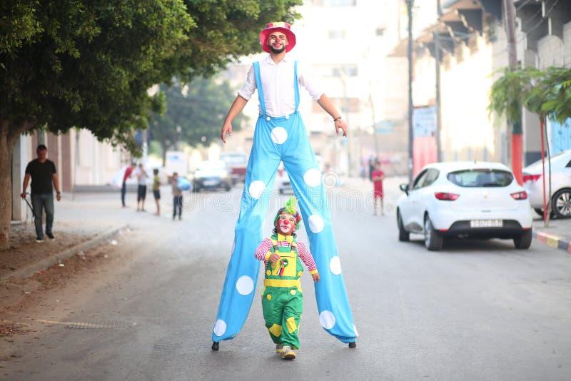 Clowner sedd växelverkan med barn i Gaza, Palestina arkivfoto