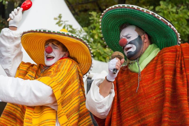 Clowner som sjunger dans royaltyfri bild