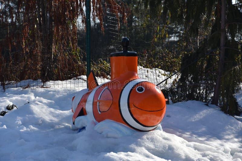 Clownfish-Statue am mystischen Aquarium lizenzfreies stockfoto