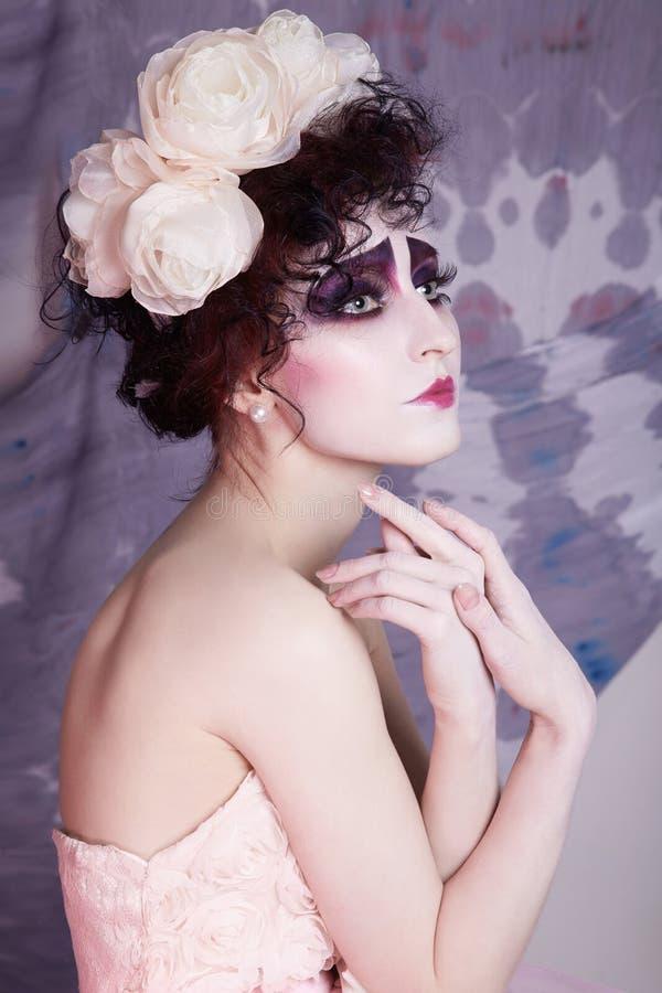 Clownmake-upfrau im Kleid und in den Blumen lizenzfreie stockfotos