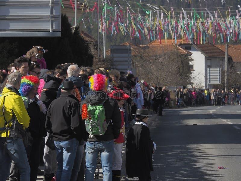 Clownperücken an der Parade stockbild