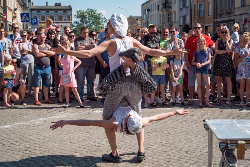 Clowns en acrobaten op het festival van de UFOstraat - internationale bijeenkomst van straatuitvoerders en actoren royalty-vrije stock foto