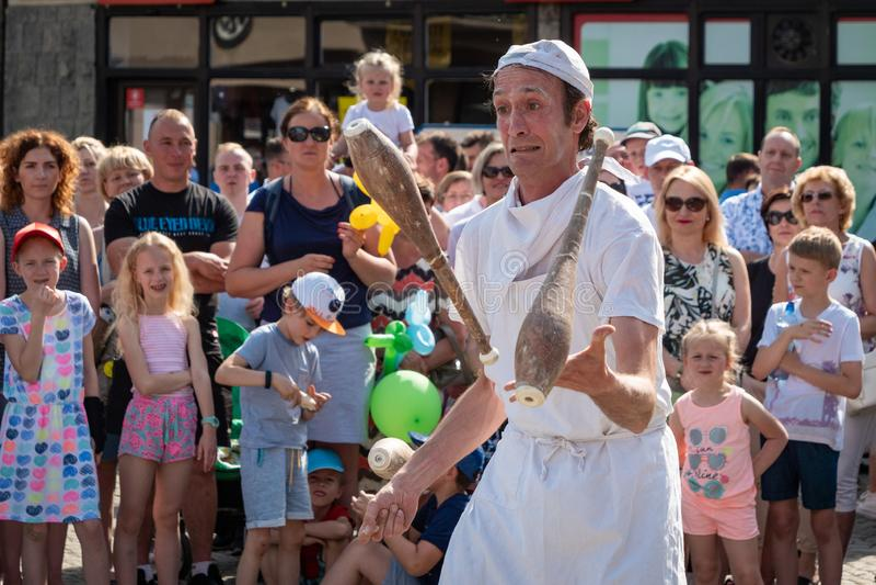 Clowns en acrobaten op het festival van de UFOstraat - internationale bijeenkomst van straatuitvoerders en actoren stock afbeelding