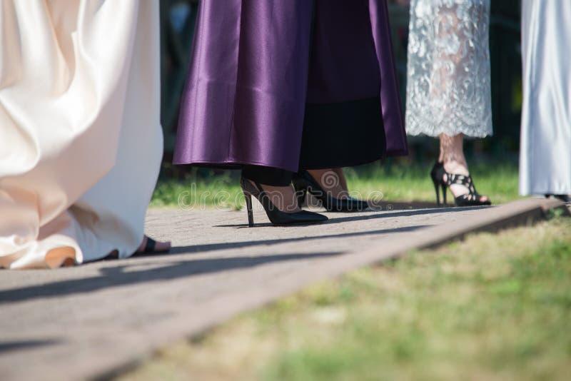 Clsoe acima nos pés da mulher no desfile de moda fotografia de stock royalty free