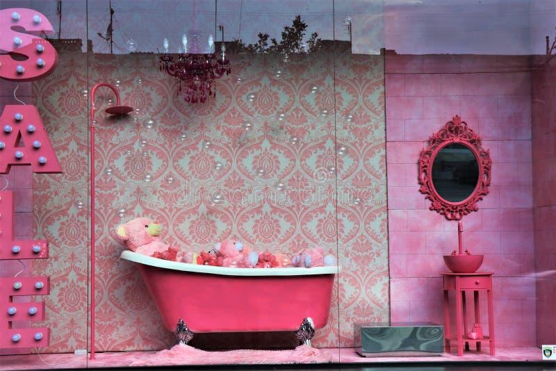 Clsssic和典雅的桃红色卫生间家具在销售中 库存照片