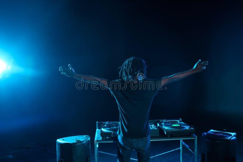 club afroamericano profesional DJ con el mezclador de sonidos fotografía de archivo libre de regalías
