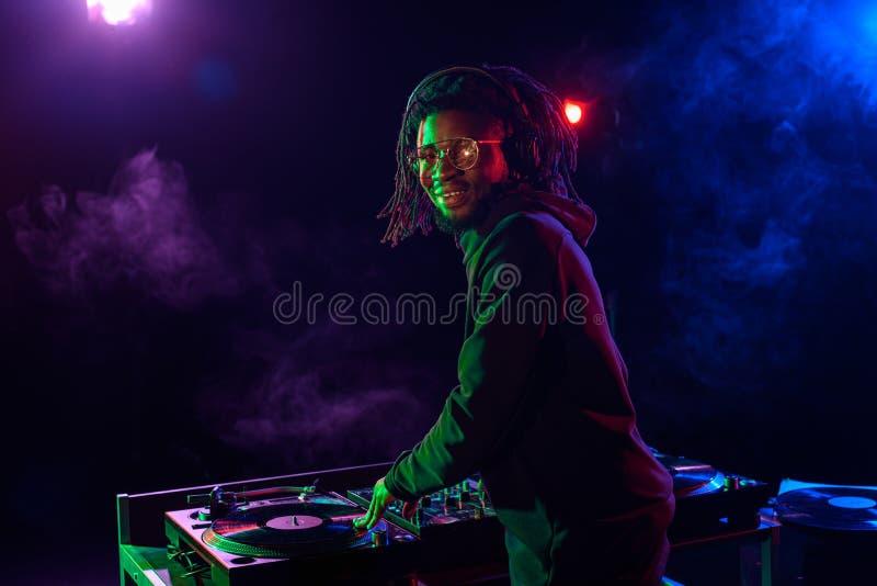 club afroamericano profesional DJ con el mezclador de sonidos fotografía de archivo