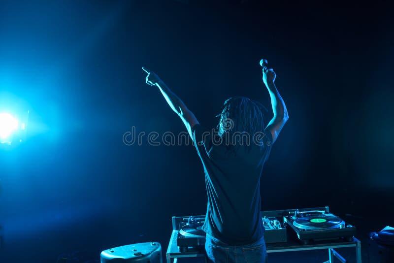 club afroamericano profesional DJ con el mezclador de sonidos en concierto imagen de archivo libre de regalías