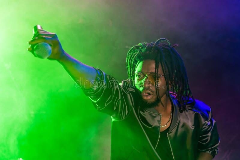 club afroamericano profesional DJ con el micrófono imágenes de archivo libres de regalías