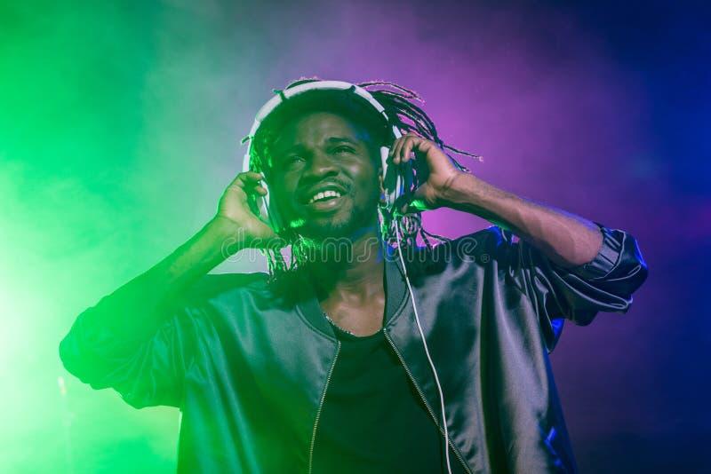 club afroamericano profesional DJ en auriculares imágenes de archivo libres de regalías