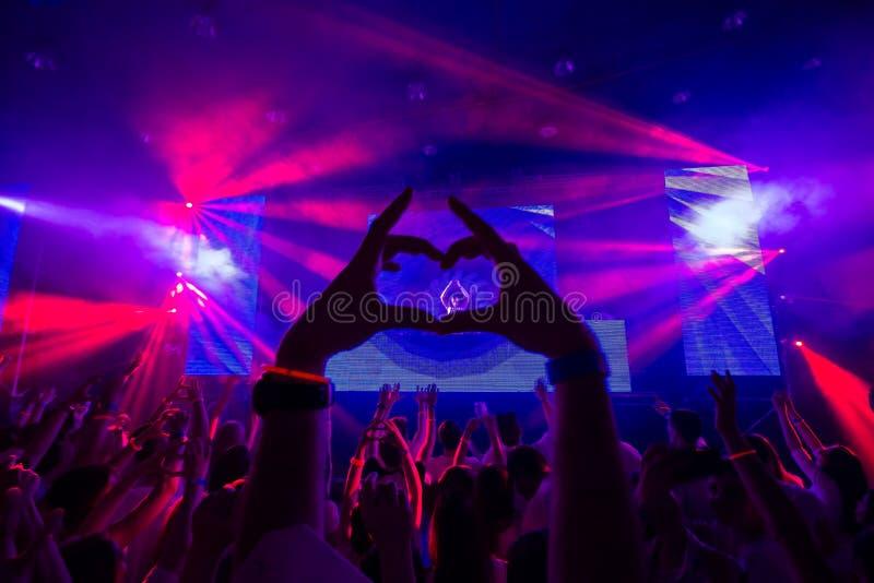 Club de danse avec la silhouette du coeur des mains image stock