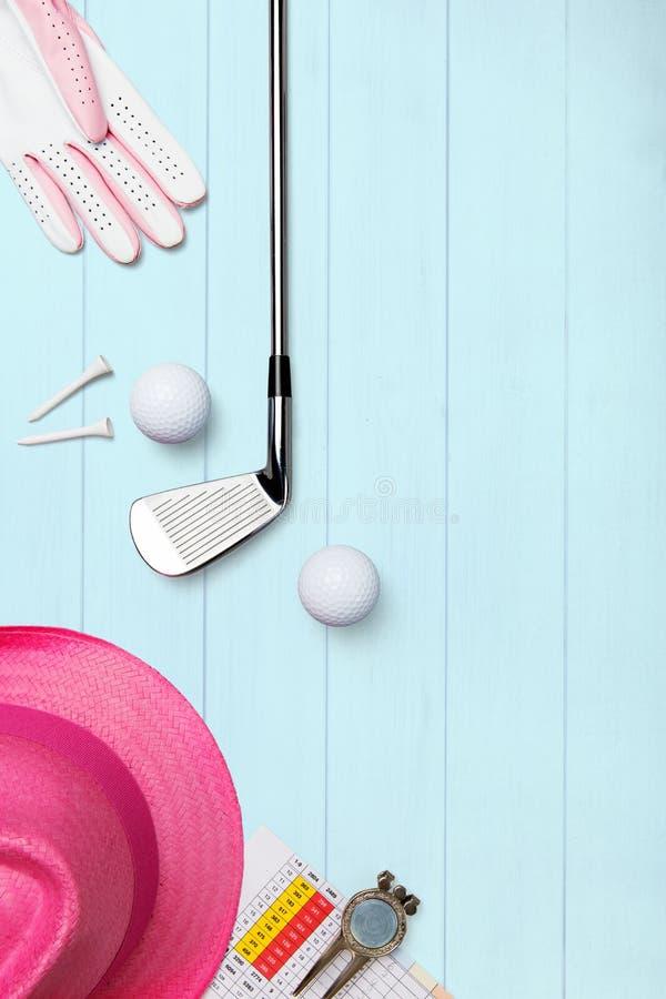 Club de golf et boule de golf avec des pièces en t et gant de golf sur la surface en bois dans le bleu image libre de droits