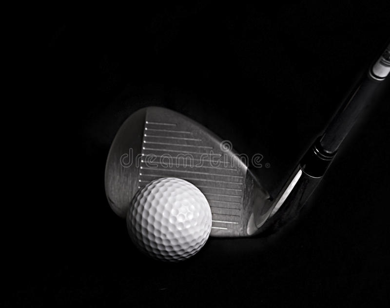 Club de golf que golpea la pelota de golf imagen de archivo libre de regalías