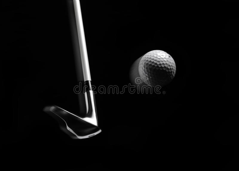 Club de golf que golpea una pelota de golf con el movimiento foto de archivo libre de regalías