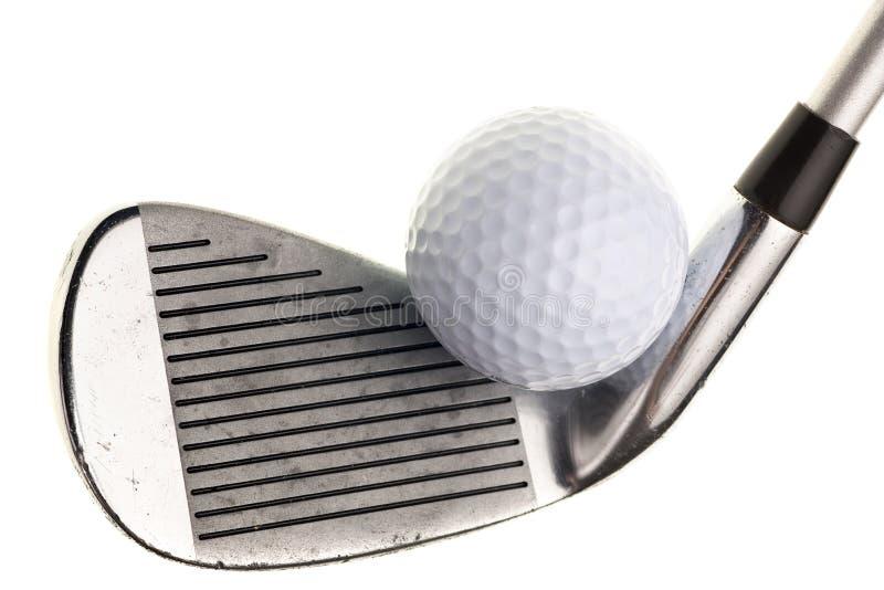 Club de golf y bola aislados en blanco fotos de archivo