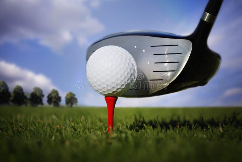 Club de golf y bola en hierba fotos de archivo