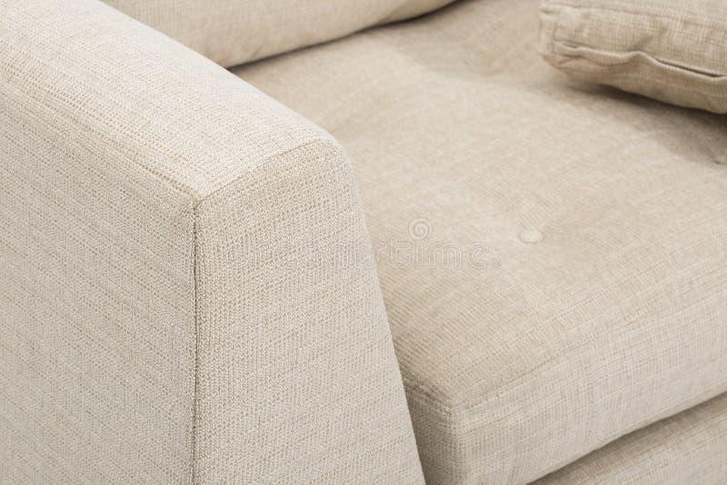 Club de sofa de chaise de club de sofa, chaise de club tuft?e de tissu beige l?ger, chaise de bras de salon de style, sofas de do image libre de droits