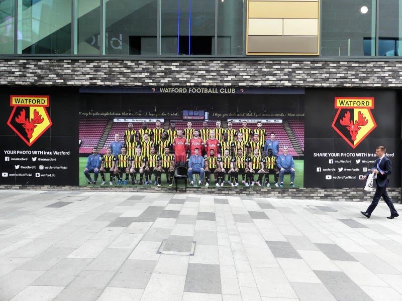 Club del fútbol de Watford compartir su foto con la pared de la característica de Watford del intu fotos de archivo libres de regalías