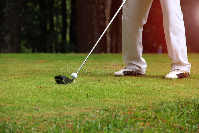 Club di golf e palla da golf nel campo da golf immagine stock