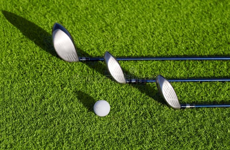 Club di golf in golfbag e palle da golf fotografie stock