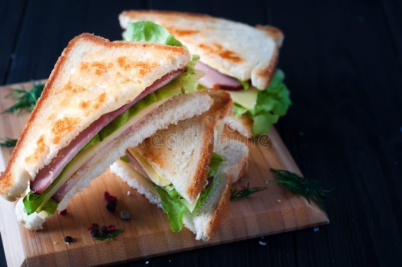 Club Sandwiche auf hölzernem Hintergrund stockbild