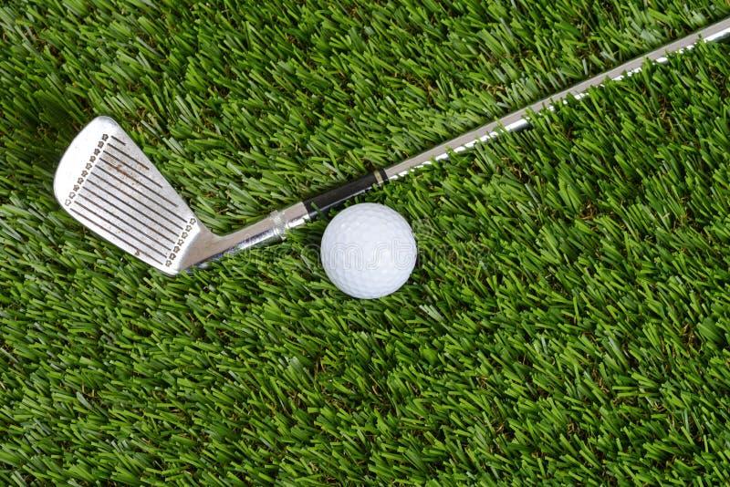 Club y bola de la cuña del golf de la visión superior fotos de archivo