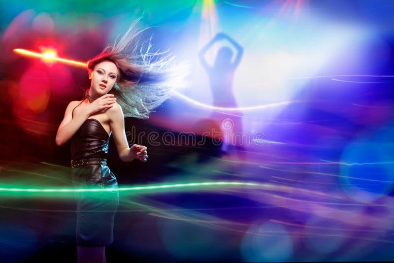 Clubber跳舞和看看照相机 免版税图库摄影