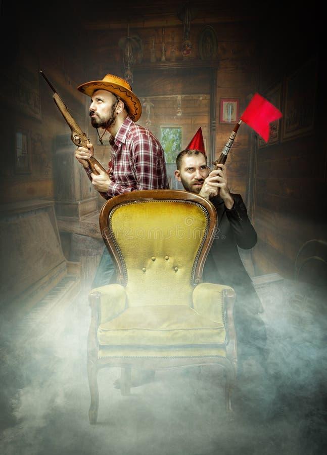 Clubber en cowboy in een zaal duell stock afbeelding