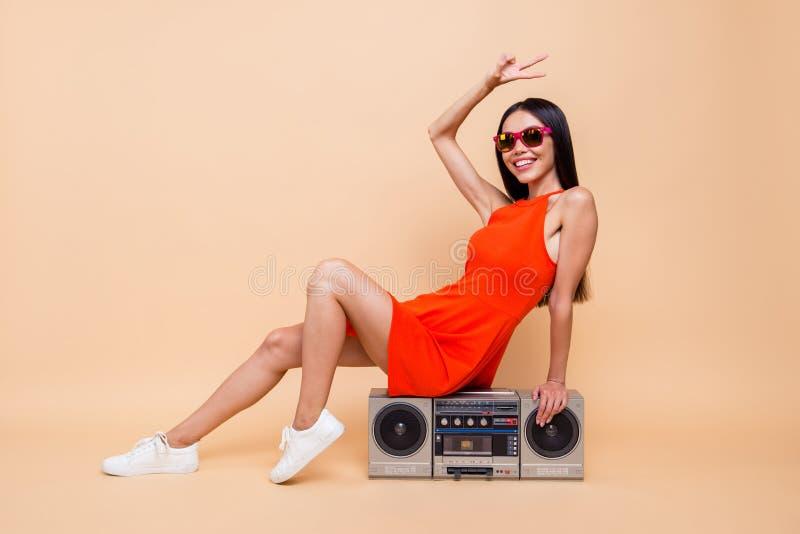Clubber klubu dźwięka osoby modni ludzie ona jej pojęcie Pełny le fotografia stock