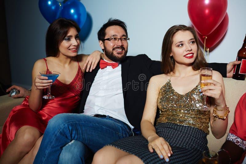 Clubbers die goede tijd met alcohol hebben royalty-vrije stock foto