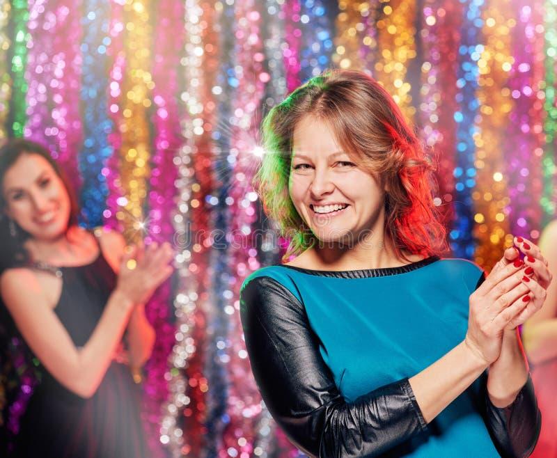 Clubbers mooie vrouwen die partij hebben royalty-vrije stock foto