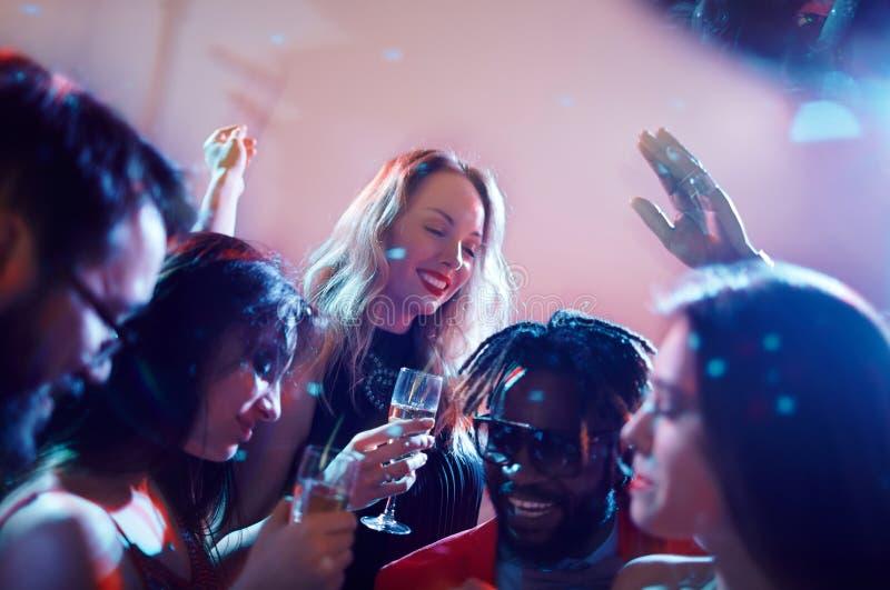 Clubbers som har gyckel tillsammans royaltyfria foton