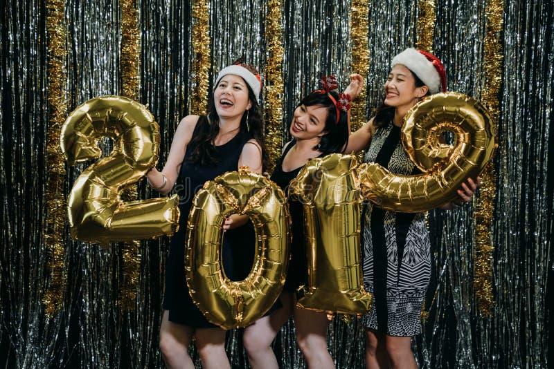 Clubbing asiatico delle donne durante il partito ed il nuovo anno di natale immagini stock libere da diritti