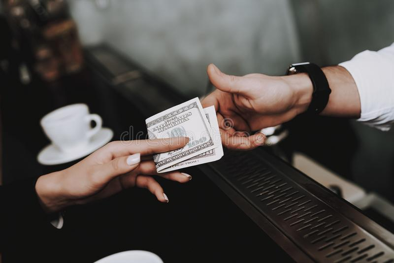 clubbing barman betaling meisjes cocktails zit royalty-vrije stock foto's