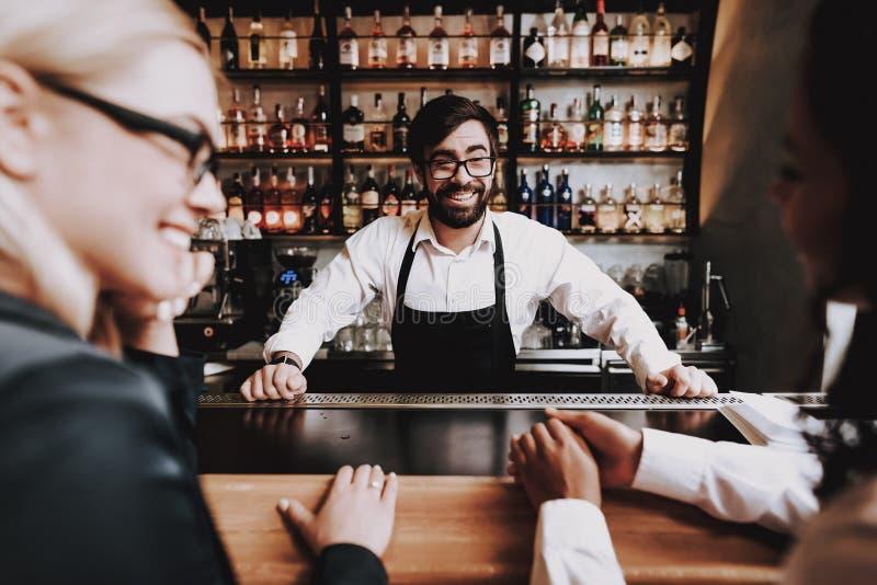 clubbing Empregado de bar com barba Cocktail preparado imagem de stock royalty free