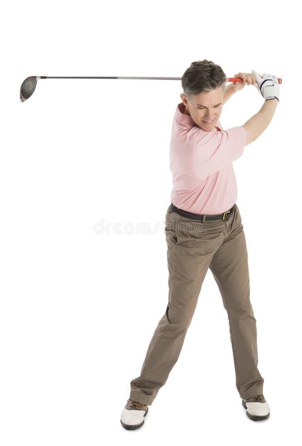 Clube de golfe de balanço do jogador de golfe masculino maduro imagens de stock royalty free