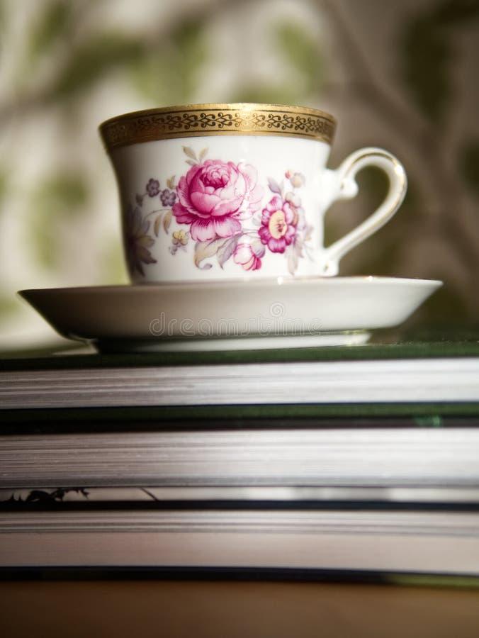 Clube de leitura com uma xícara de café ou um chá foto de stock